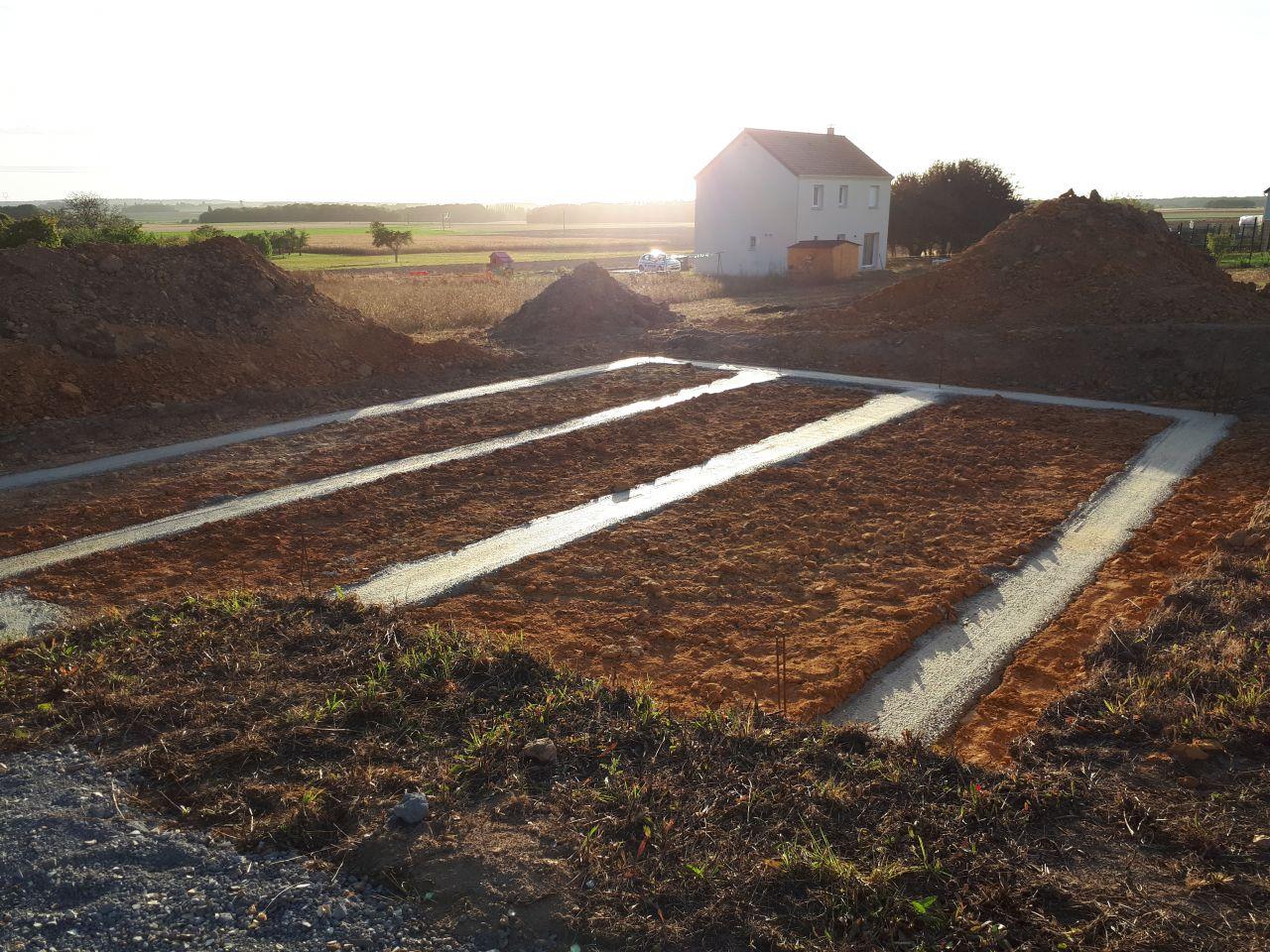 21 septembre, les maçons ont coulé les fondations, plus qu'à attendre 3 semaines que cela sèche.