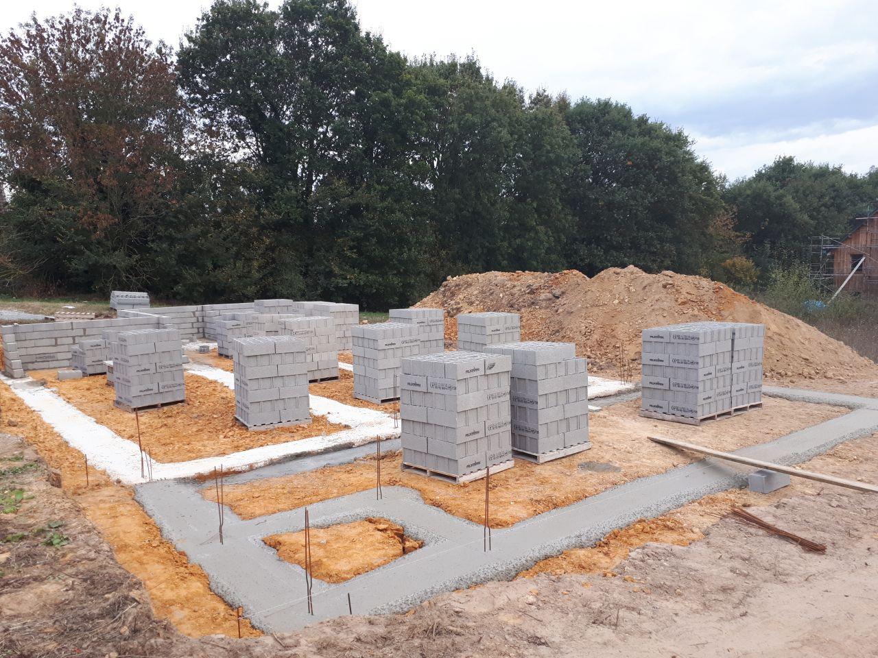 ils ont coulé aussi les fondations de la future terrasse de 50M2. Les parpaings sont arrivés pour la construction du vide sanitaire qui sera sur 6 rangs, mon terrain étant en pente et pour l'aspect pratique d'accès par la suite sous la maison à ne surtout pas négliger.