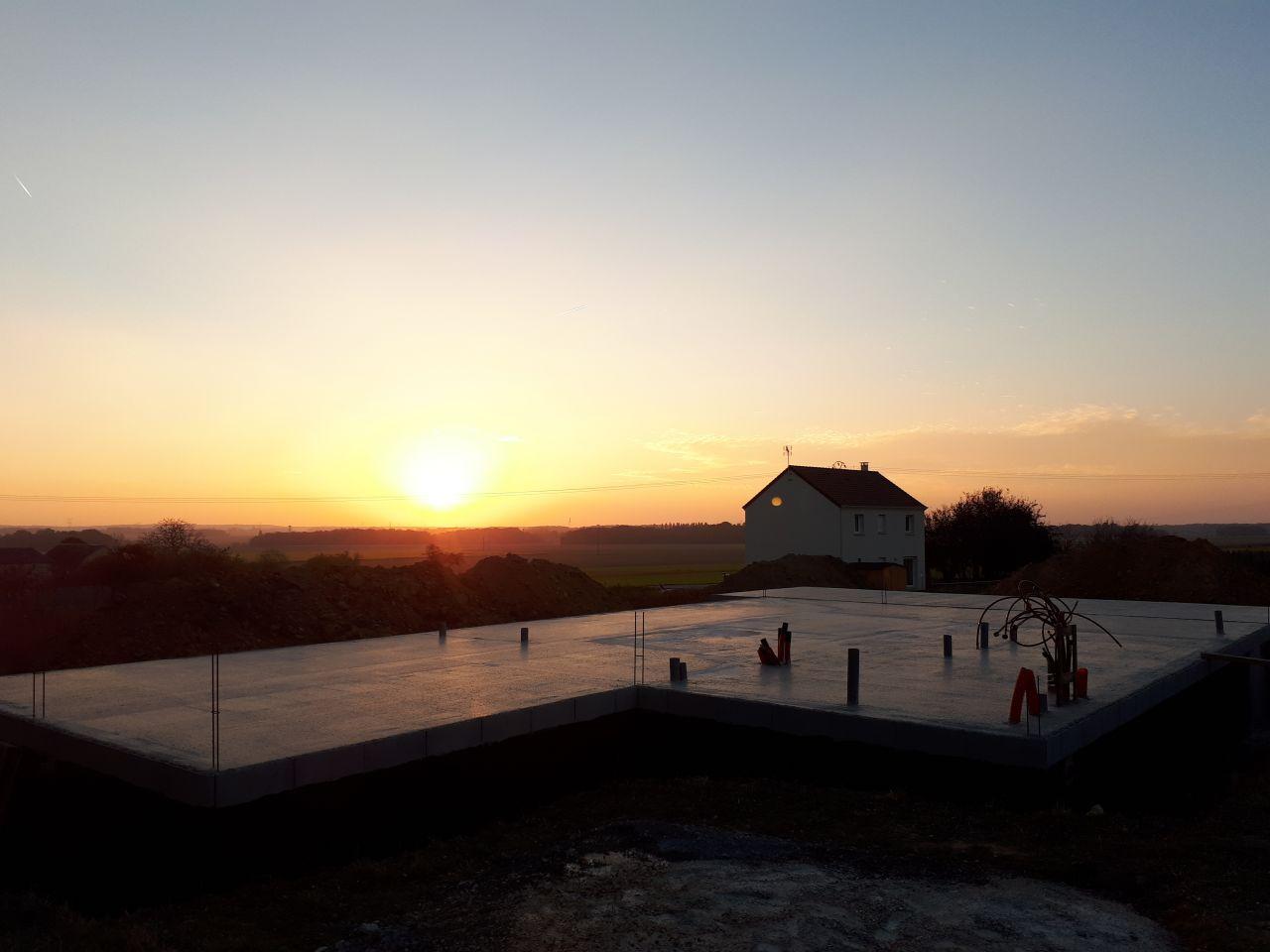 dalle finie d'être coulée. c'est magnifique ce coucher de soleil, j'imagine déjà siroter un verre sur ma terrasse et admirer la vue. Bon encore quelques mois.