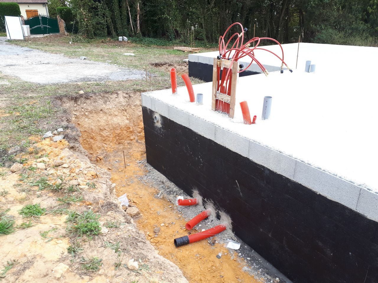 tuyaux d'arrivée du plancher chauffant, ou sera installée la chaudière PAC air eau Atlantique duo extensa