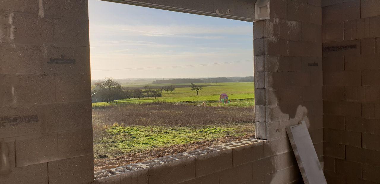vue d'une des fenêtres de mon salon, la particularité de celle-ci c'est qu'elle ne s'ouvre pas et qu'elle fait 2M de large. ça va être sympa.