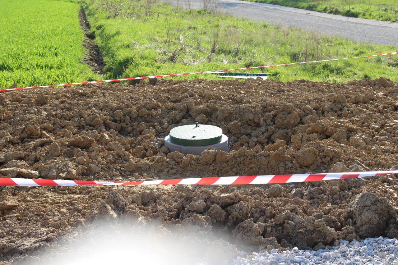 La cuve de récupération des eaux pluviales est posée