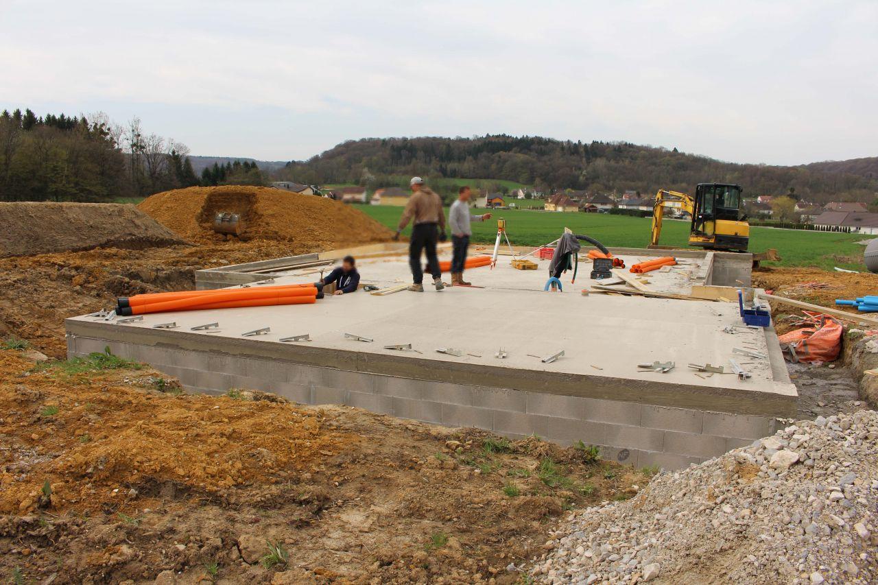 Décoffrage, mise en place du drainage et de la cuve de récupération des eaux pluviales