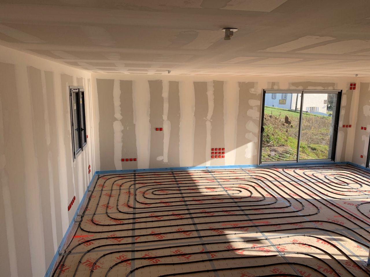 Les tuyaux de chauffage au sol sont posés sur l'isolant