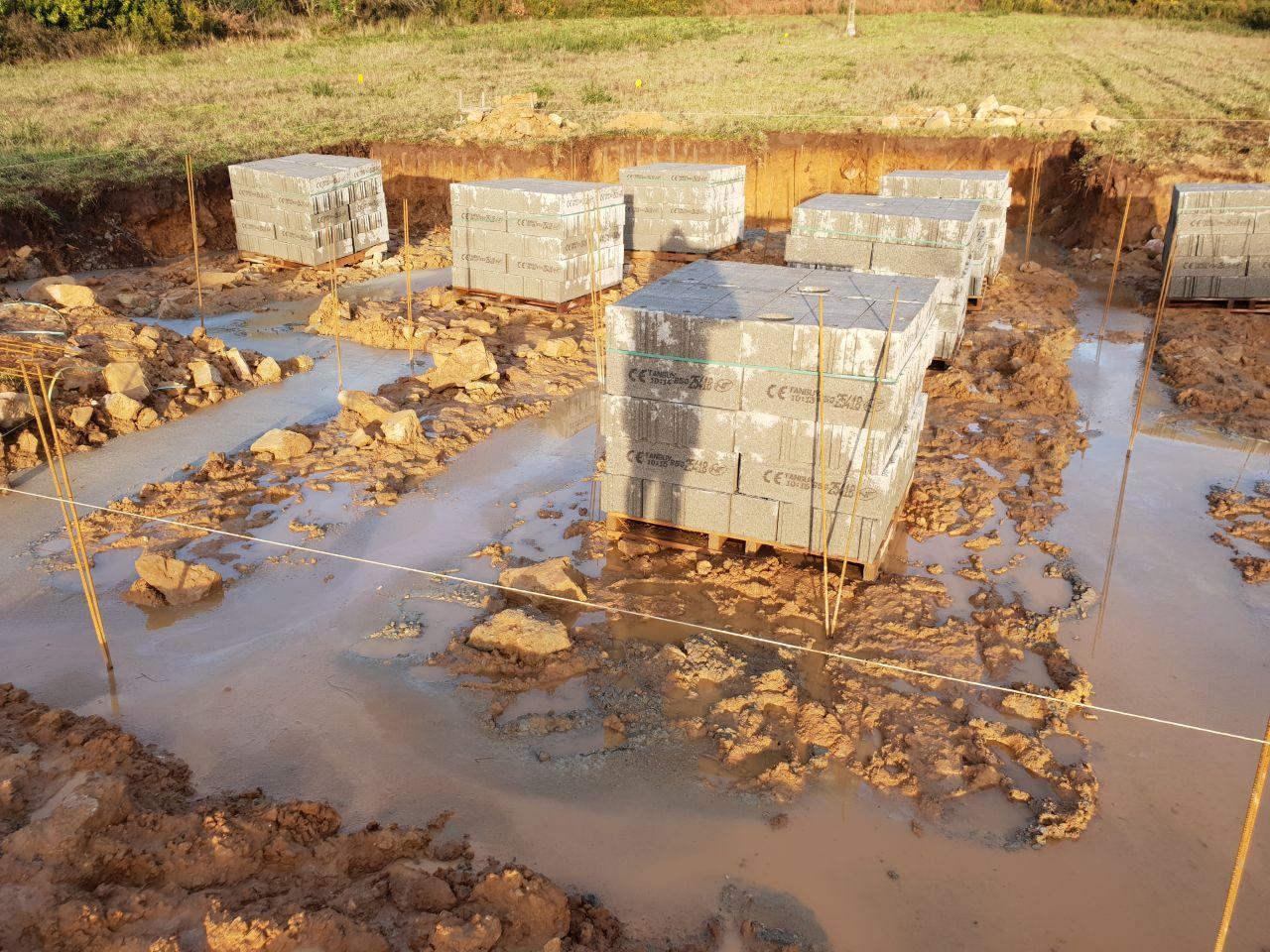 Les fondations, sous la pluie.