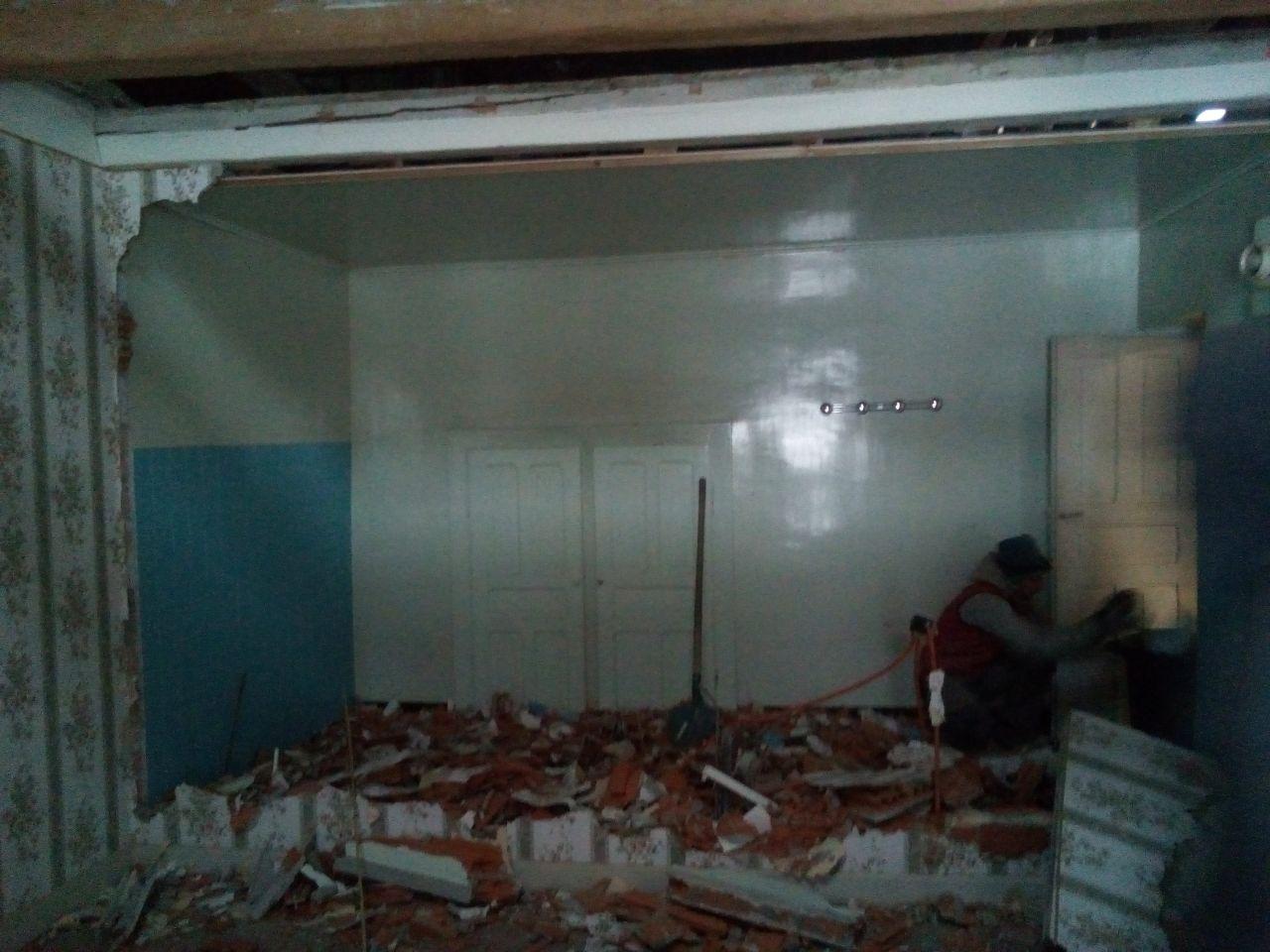 démolition ensuite de l'ancienne salle de bain et dernière cloison dans la maison...