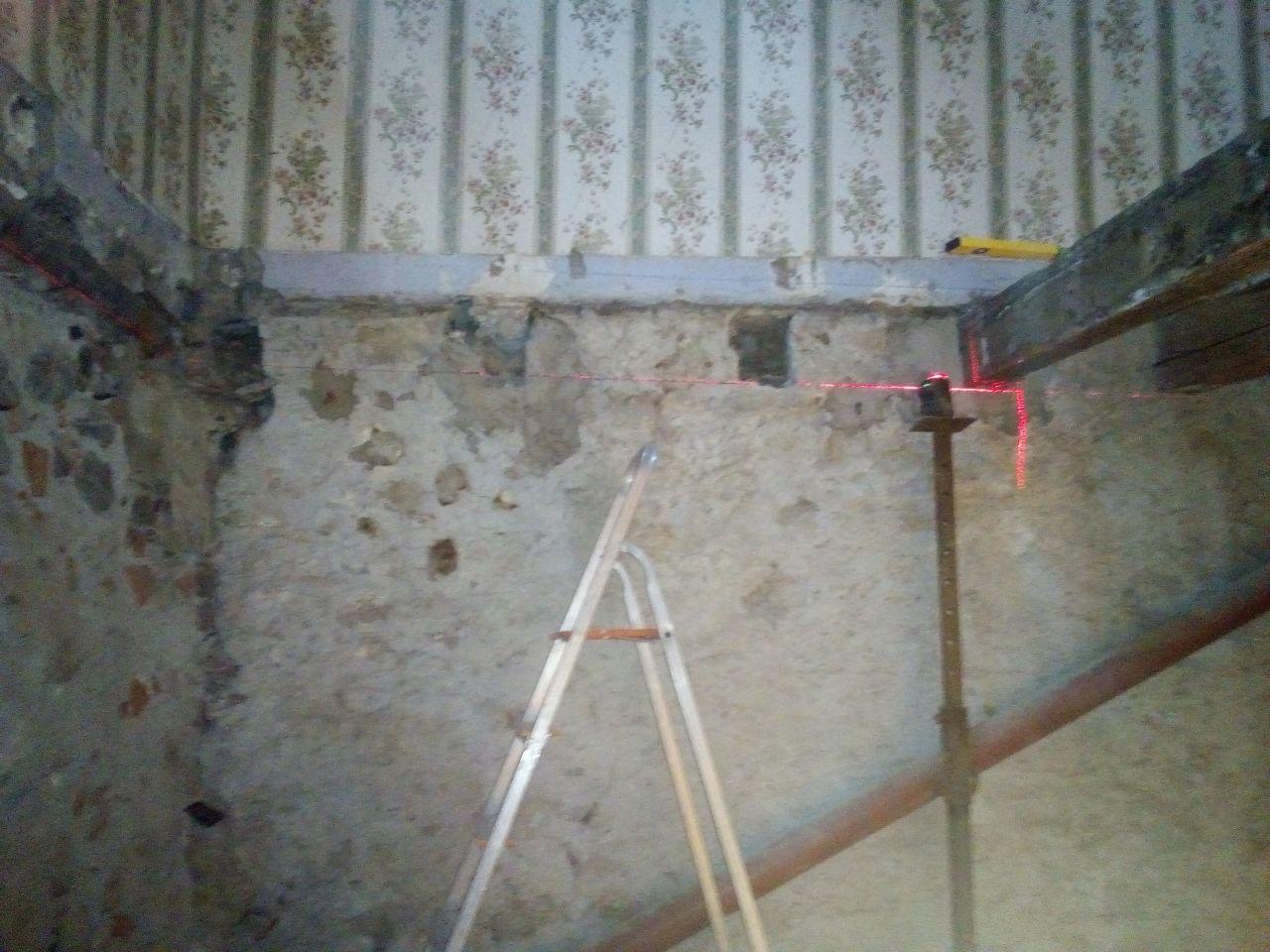en dessous de la chambre on arrache le plancher aussi et on enleve les ancienne poutres après reflexion ( 12 cm de décalage sur 4 metres de portée) 80 cm d'entraxe et completement vermoulu. On repartira sur un nouveau solivage scellé dans le mur aussi !