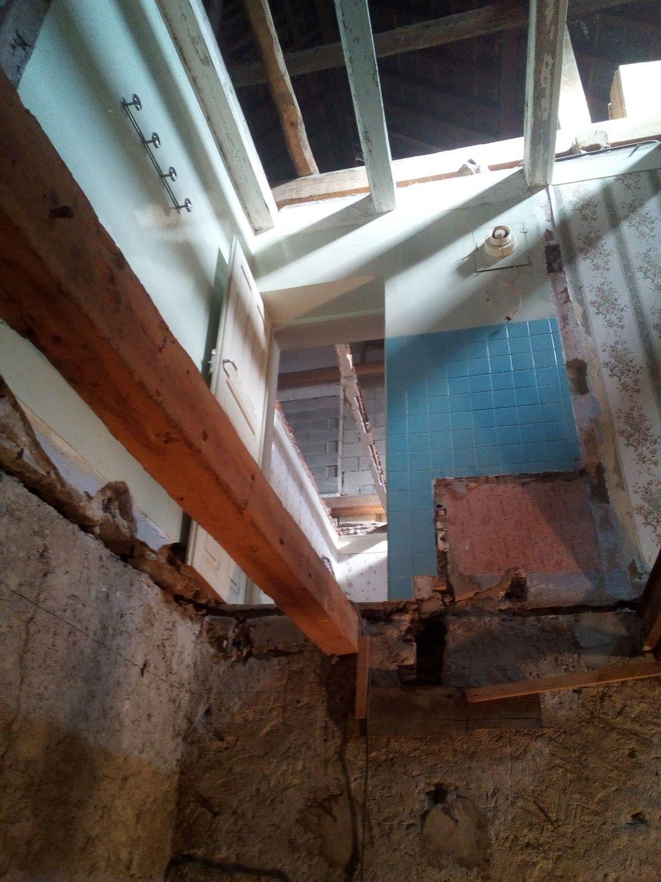 une vue depuis la cave , avec l'ancienne salle de bain et chambre et les combles au dessus ! 13 metres jusqu'au fetage !