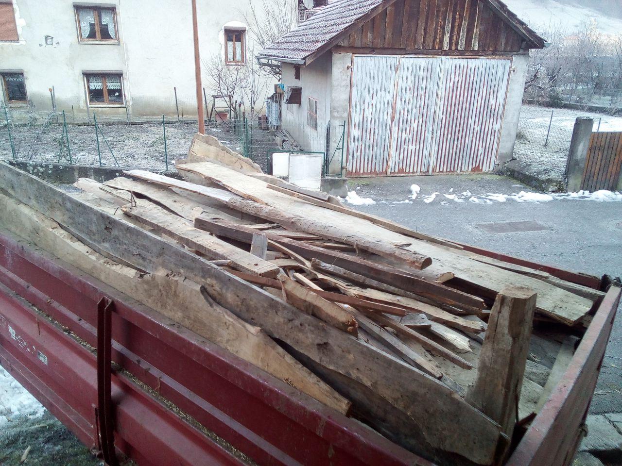 1 benne de 8m3 de vieux bardage vermoulu qui servira de bois de chauffage a ceux qui nous ont preté la benne