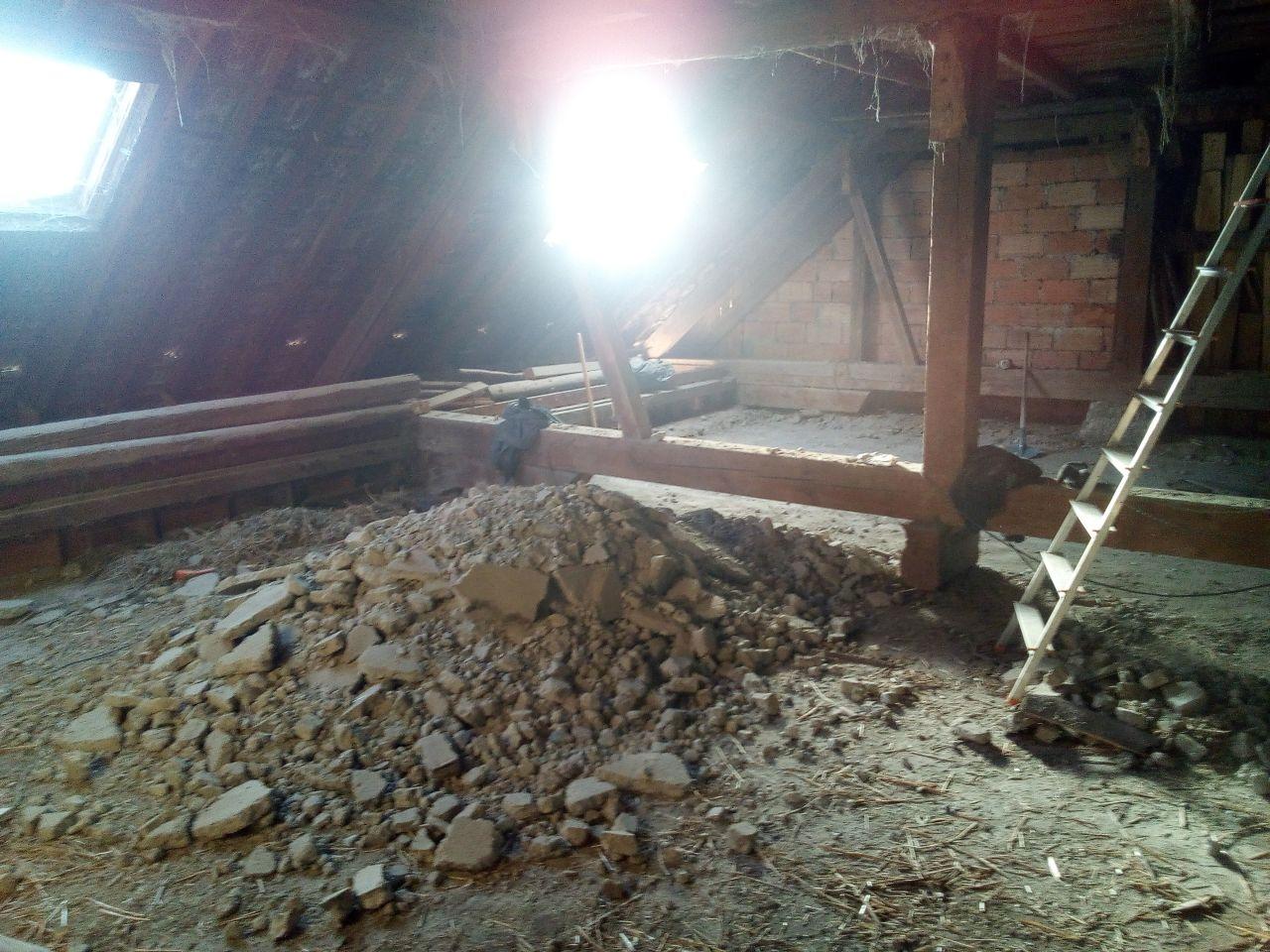 on casse ces dalles de chaux qui servait a isoler et couper du feu a l'époque... en dessous les planchers