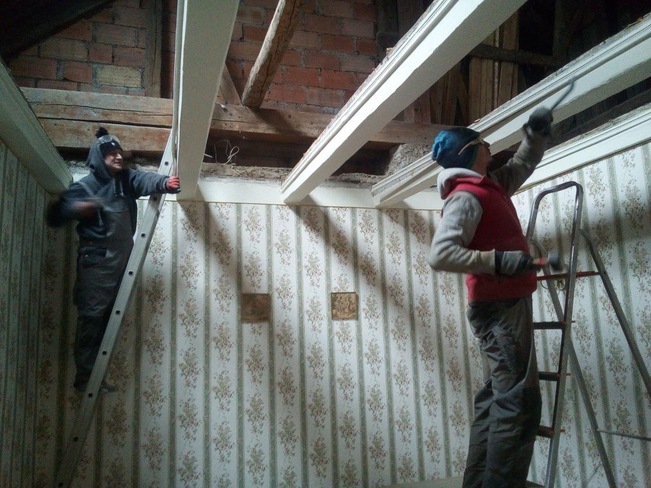 la chambre... après avoir arraché le plancher on s'attaque au poncage des poutres, enduite de platre et peinture !