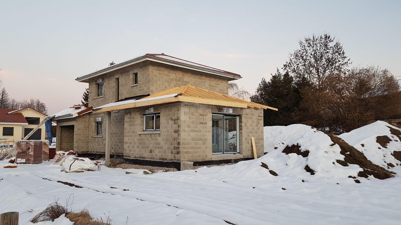 06/02/2019 : Pose des menuiseries extérieures sans la toiture terminée