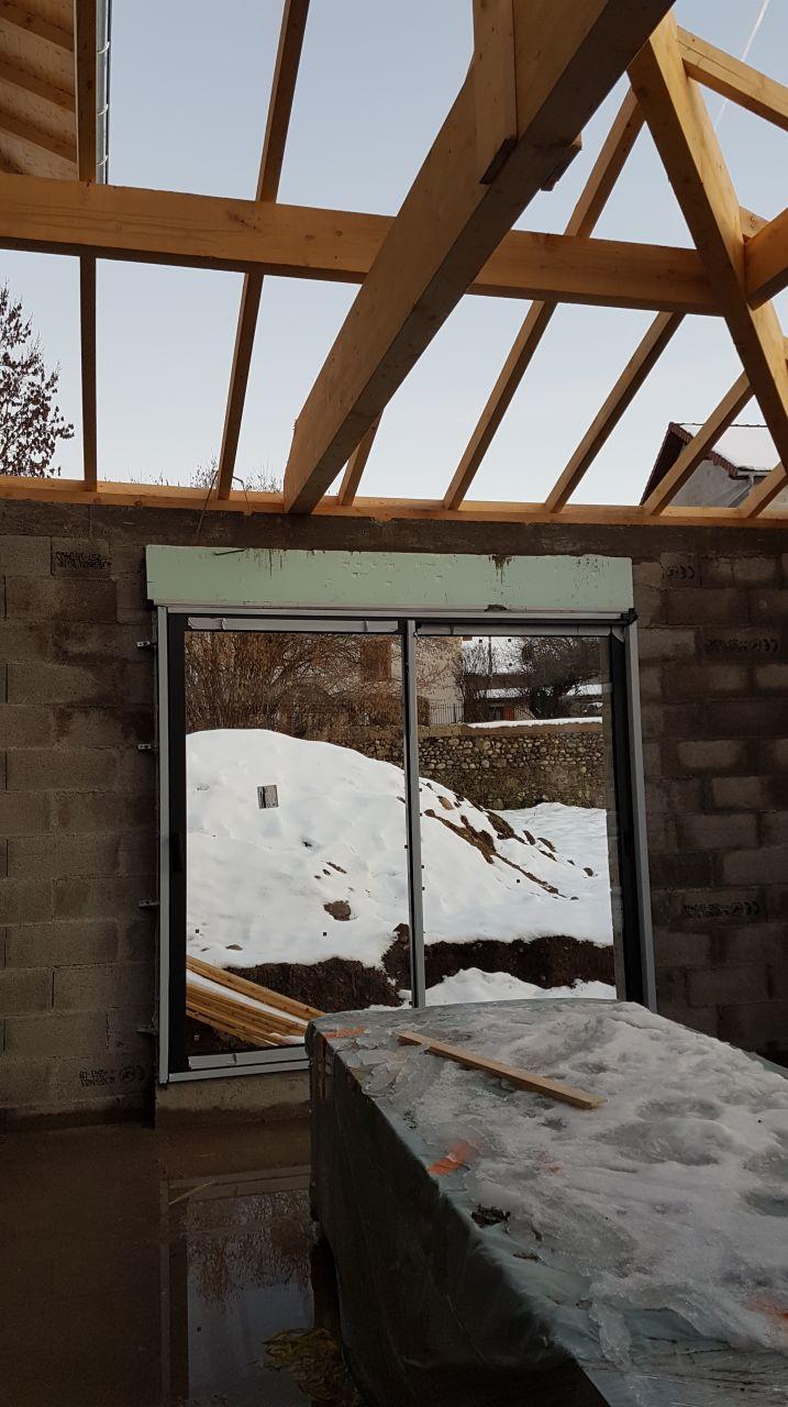 06/02/2019 : Pose des menuiseries extérieures sans la toiture terminée.