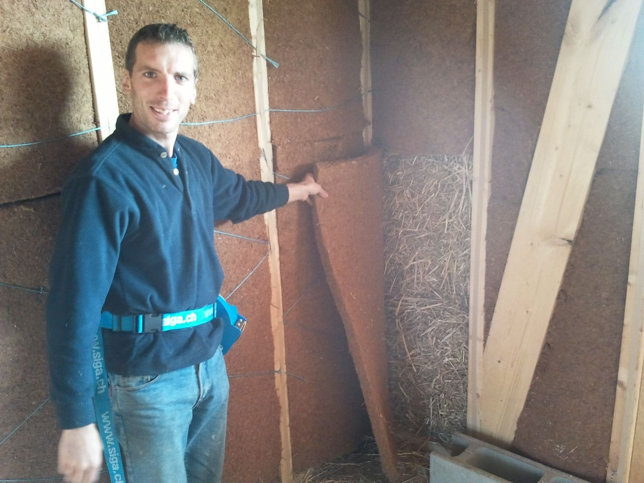 on remet une couverture de fibre de bois devant la paille