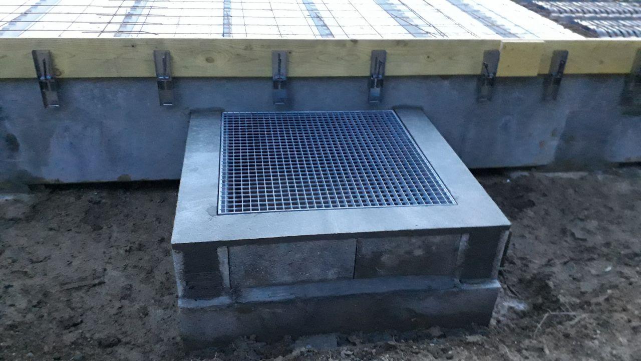 La grille d'aération permettant le passage sous le vide sanitaire.