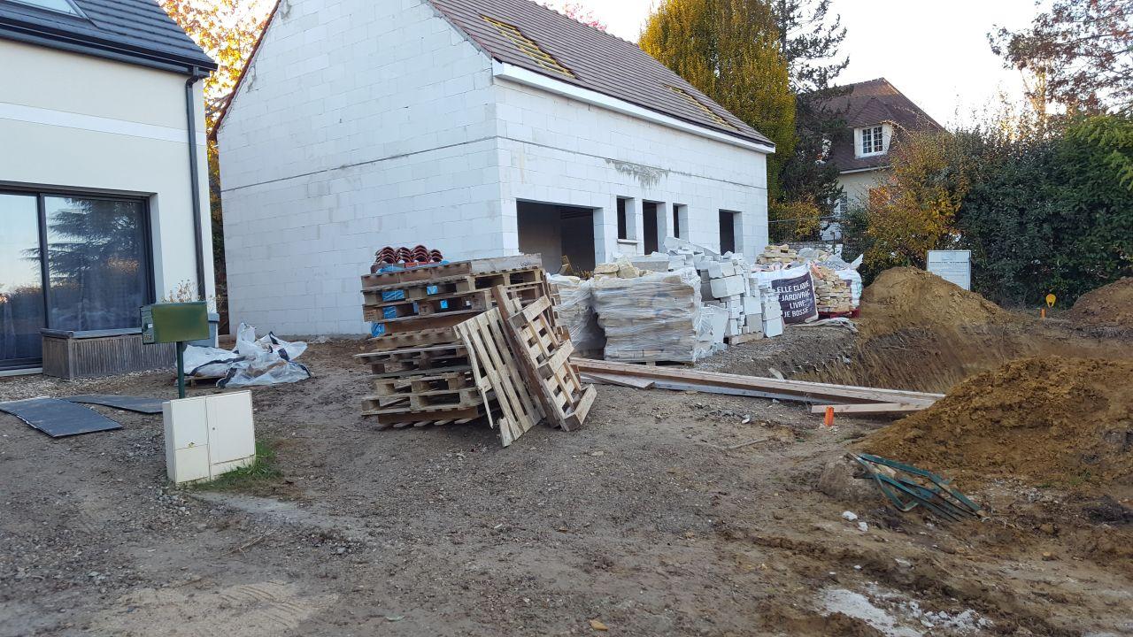 """Photo après avoir commencé à bouger les pierres. <br /> Notre constructeur nous fait un arrêt de chantier car il ne peut pas """"accéder  au chantier"""" (les pierres ne sont pas collées au mur de la maison)."""