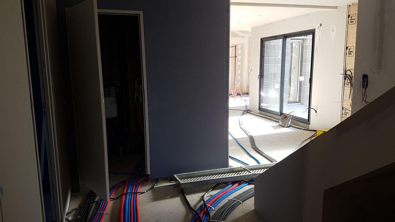 vue depuis la porte du cellier mais avec la plomberie et électricité qui part du cellier... ça en fait du cable et tuyaux