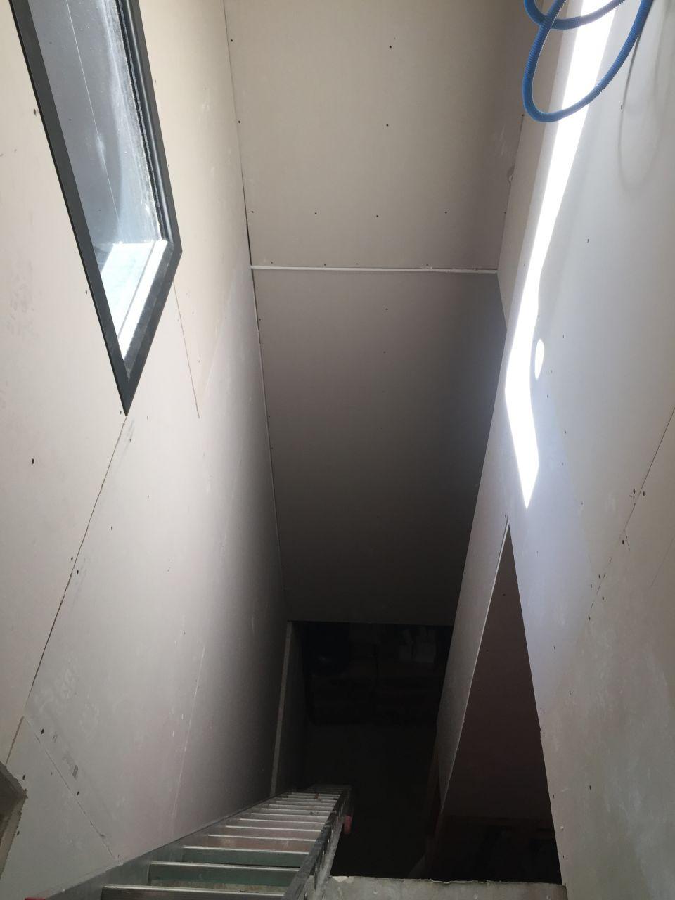 Mise en place du placo dans la cage d'escalier du sous sol a l etage