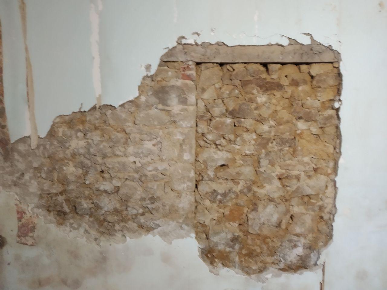 Opération piquetage des murs intérieurs et découverte d'une porte