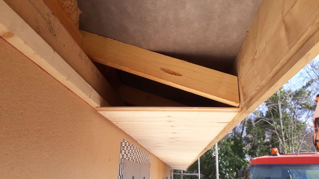 Pose de plafond de rives en volige