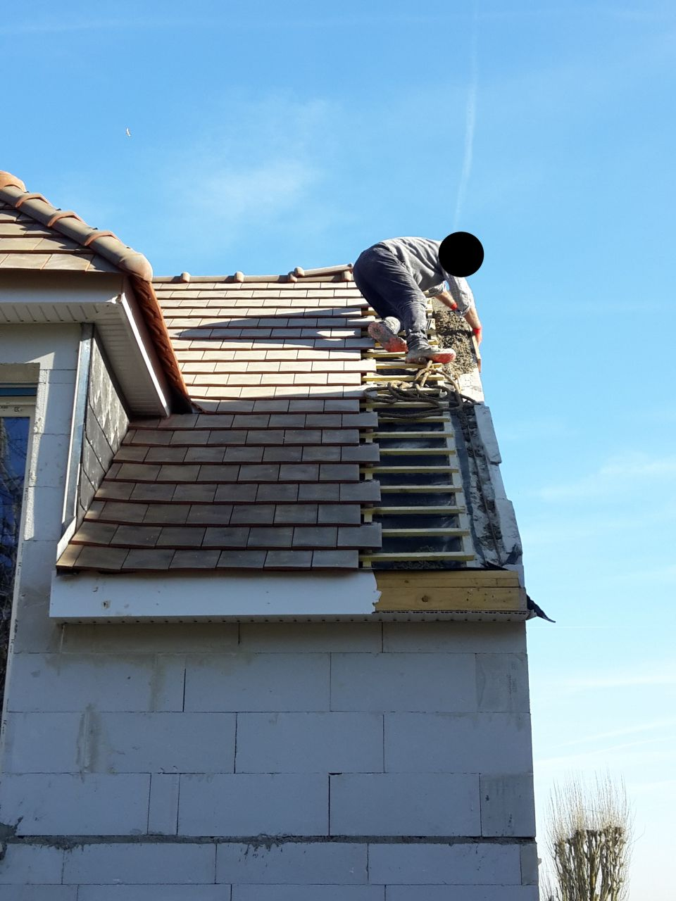 Reprises des rampants le 14/02/2019, sachant que le placo et l'isolation à l'intérieur de la maison sont faites. Ils ont du coupé les tasseaux soutenant les tuiles, couper l'écran sous-toiture et ils sont allés ajouté des ferraillages alors qu'il n'y avait pas les ferraillages auxquels ils auraient du les accrocher... du n'importe quoi... et cela fait 4 semaines que notre toit est comme ça.