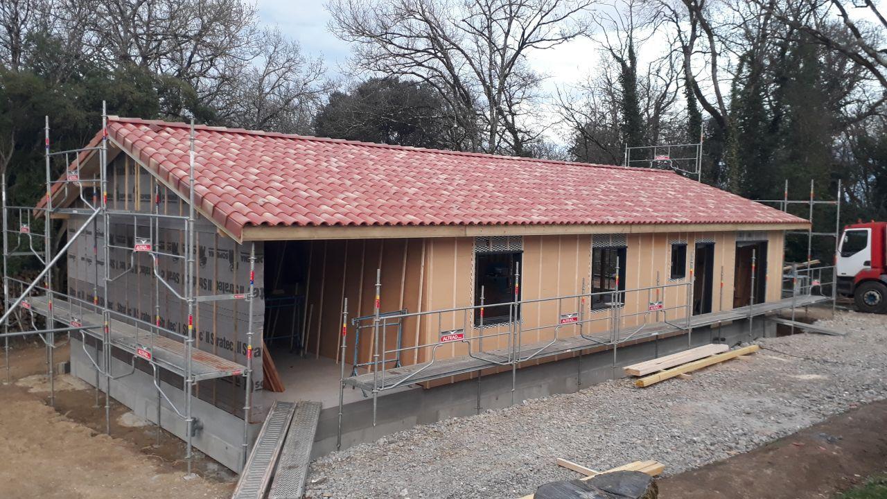La toiture finie. Le bardage est prêt à être posé