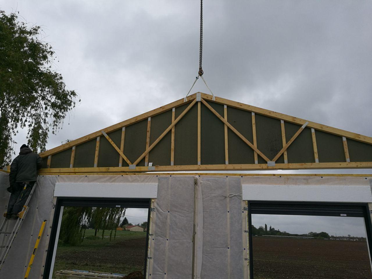 Montage de la partie toit/charpente (en cours de montage)