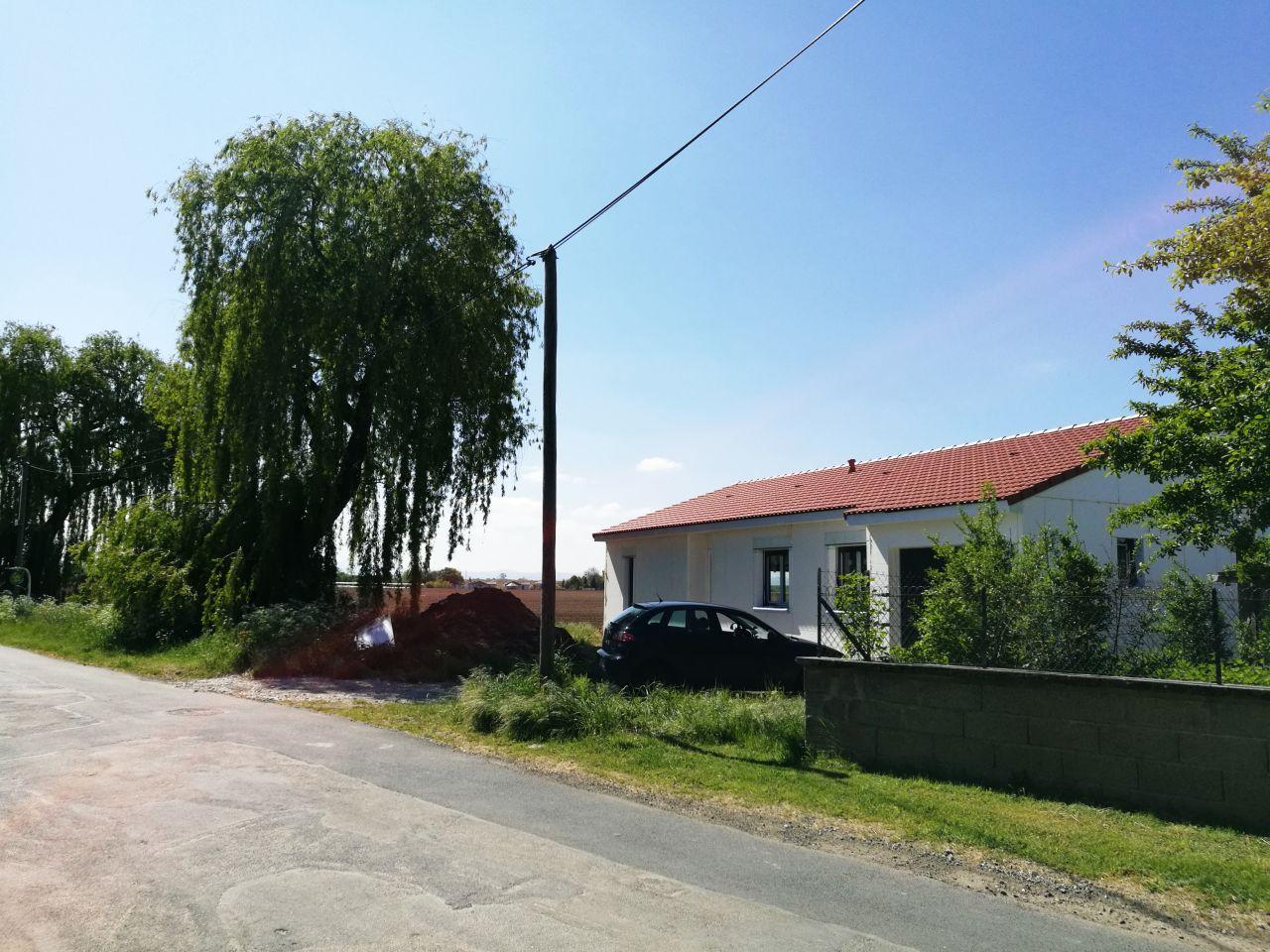 Maison montée intégralement + charpente et toiture (hors d'eau et hors d'air)