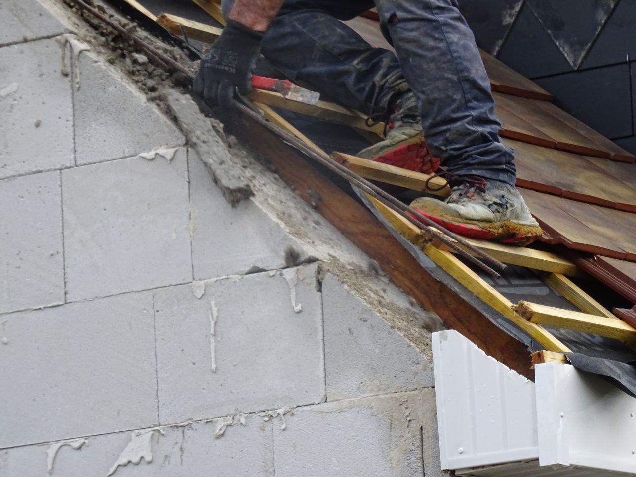 """Et voilà les reprises des reprises ! le """"béton"""" des reprises était trop haut, le charpentier ne peut pas remettre les tuiles, ils cassent tout à nouveau !"""
