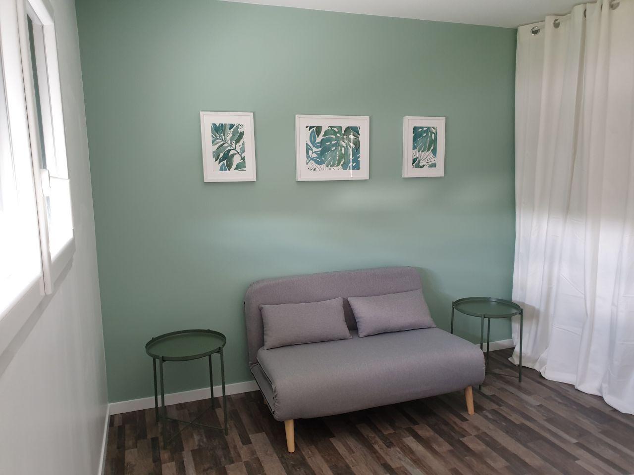 Et voici la chambre d'appoint/salle de jeux/salon TV (bref la pièce à tt faire), presque terminée. Murs blanc satiné et vert cactus satiné (Luxens)