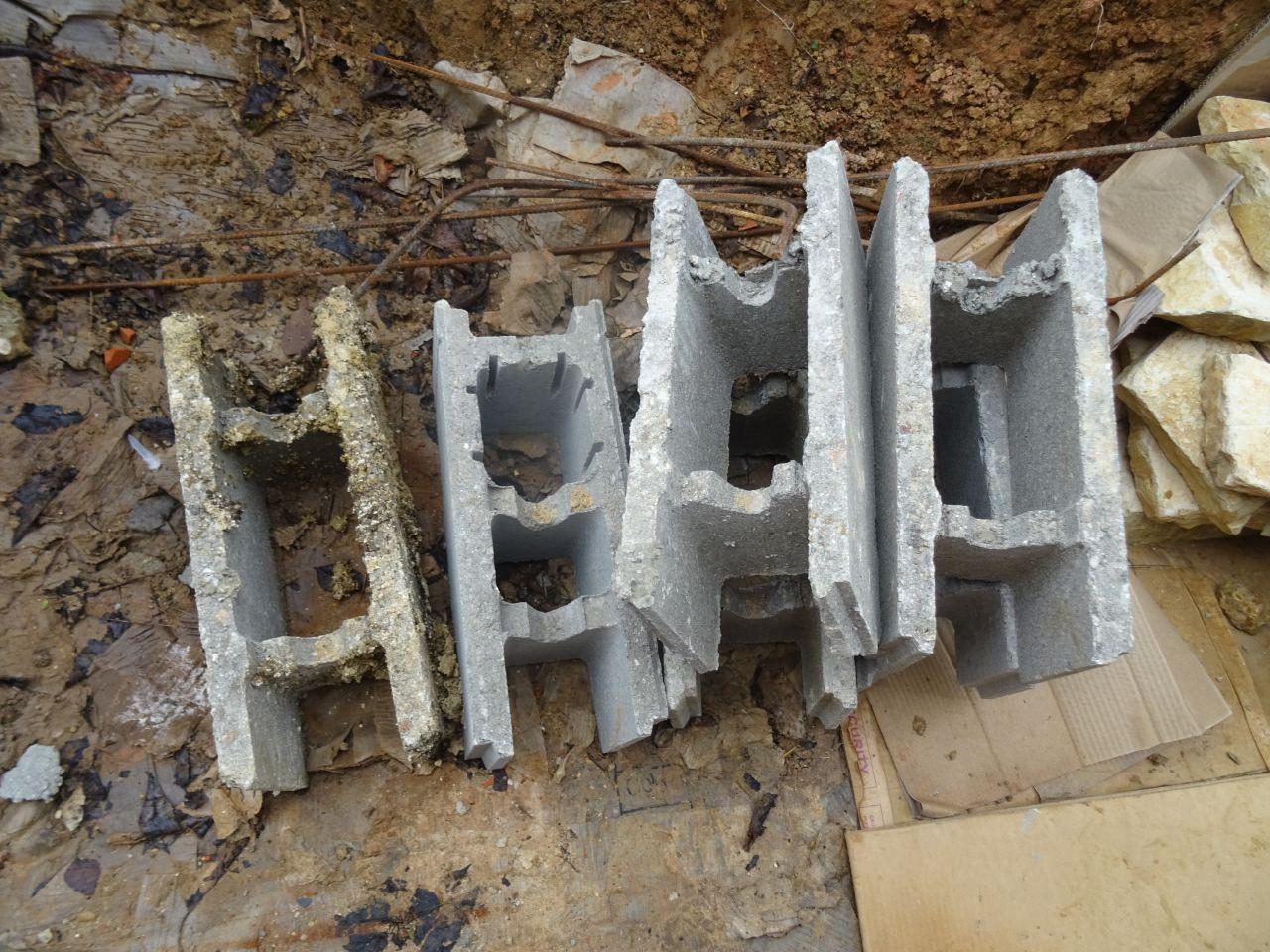 Les briques de récup avec lesquelles ils vont nous faire de beaux murs de soutènement...