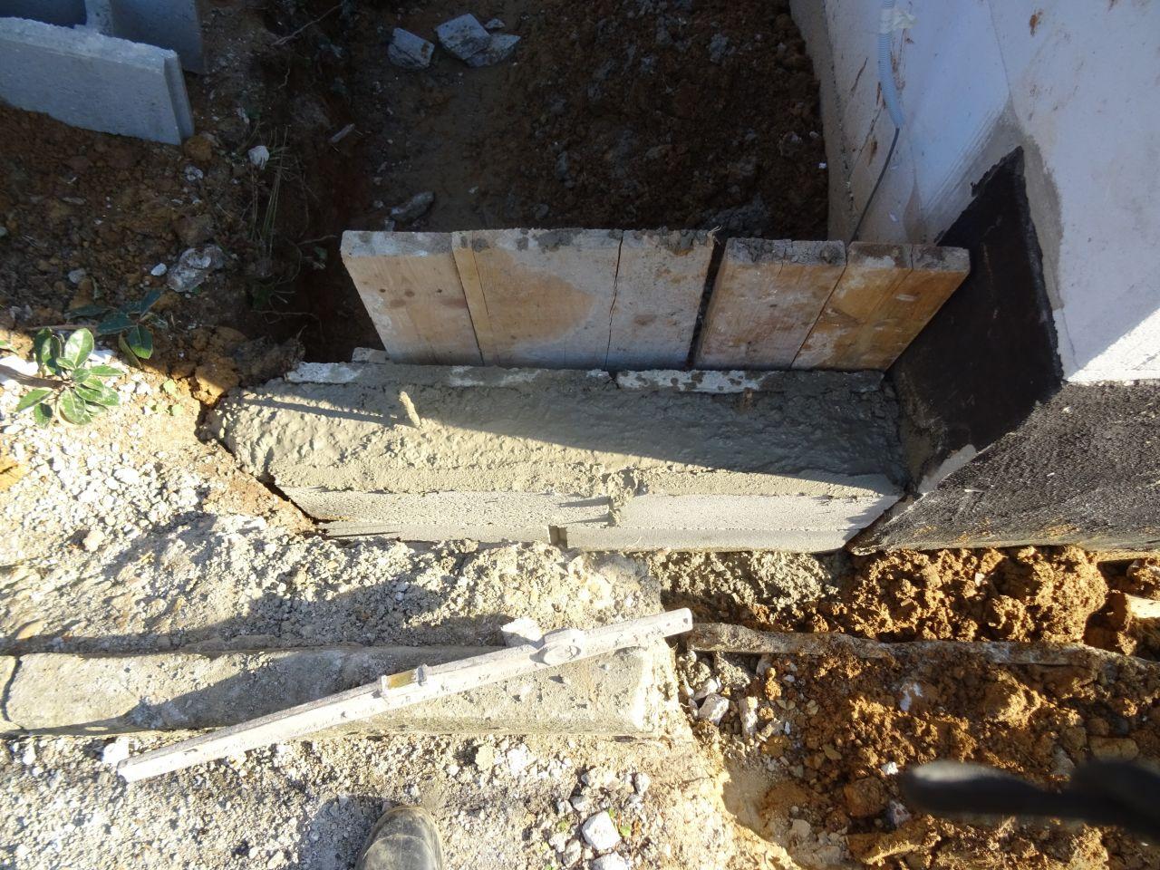 Petit mur de soutènement, tout a été posé direct sur le ciment frais.