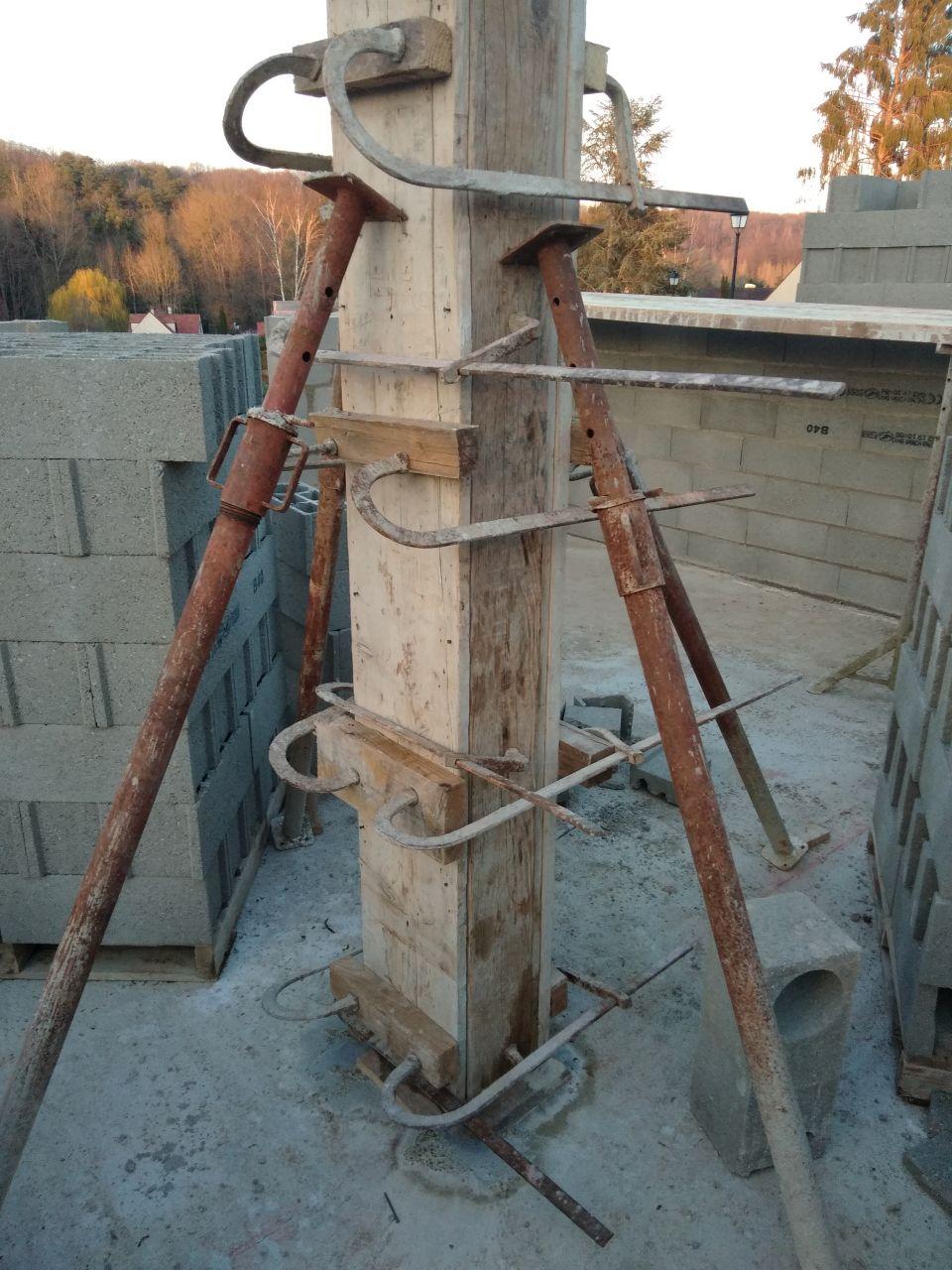 Elévation des murs, poteau central