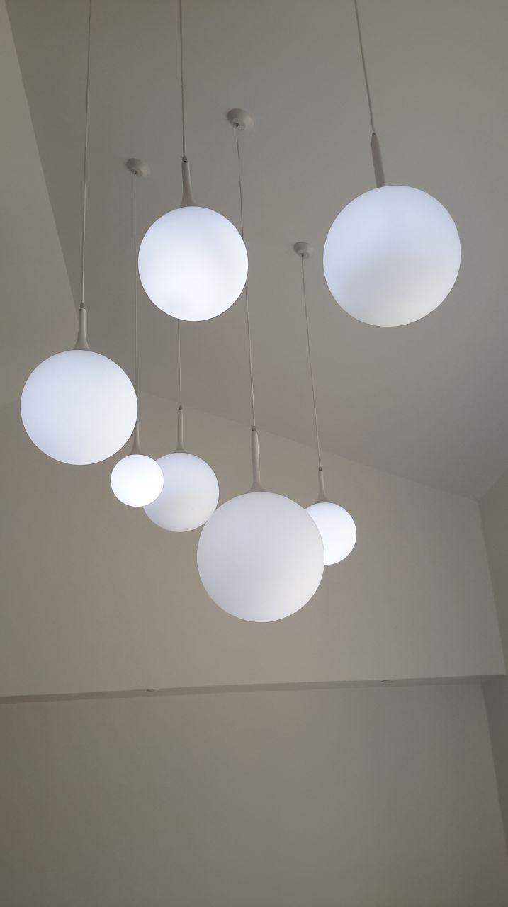 Pose du luminaire du séjour avec l'electricien