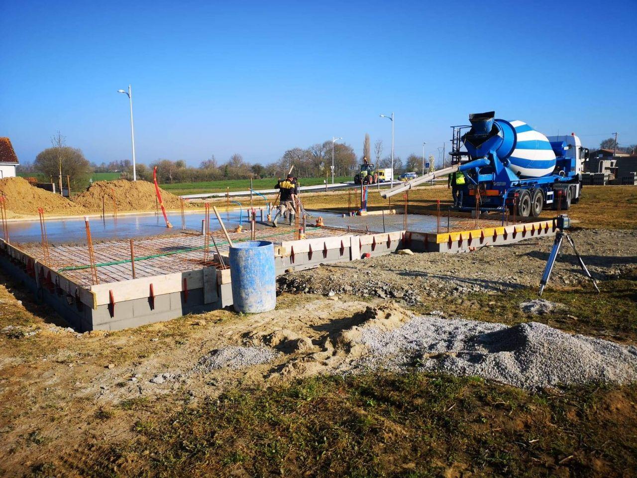 Le terrassement a débuté en début de semaine dernière. <br />  <br /> Dalle coulée aujourd?hui. Maintenant 3 semaines de séchage