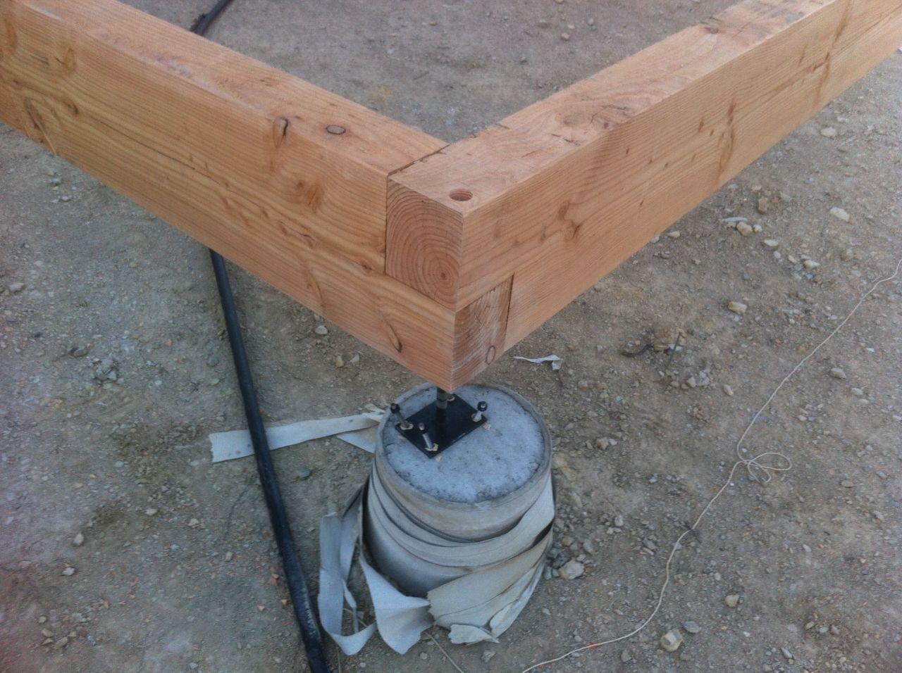 Dans l'angle il y a un assemblage à mi-bois avec un gros tirefond pour serrer, à l'intérieur il y a deux grosses équerres
