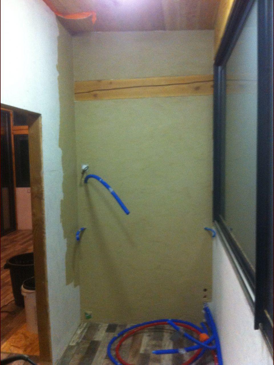 Premier test pour l'enduit à l'argile (derrière le chauffe-eau et toilettes, je suis pas fou)