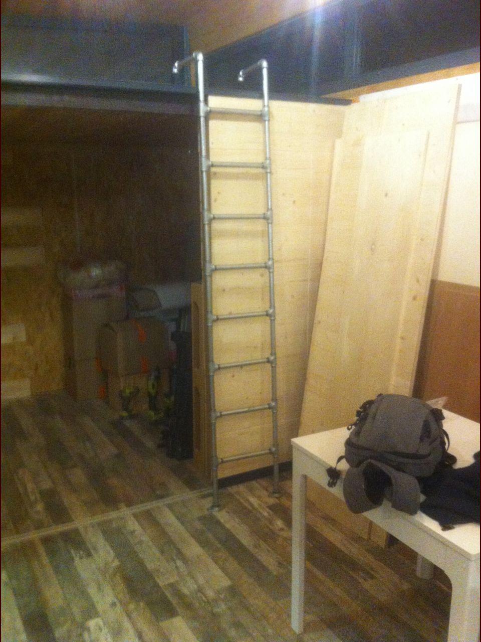 L'échelle pour monter à la mezzanine, en raccord galva (là elle n'est pas encore à sa place)