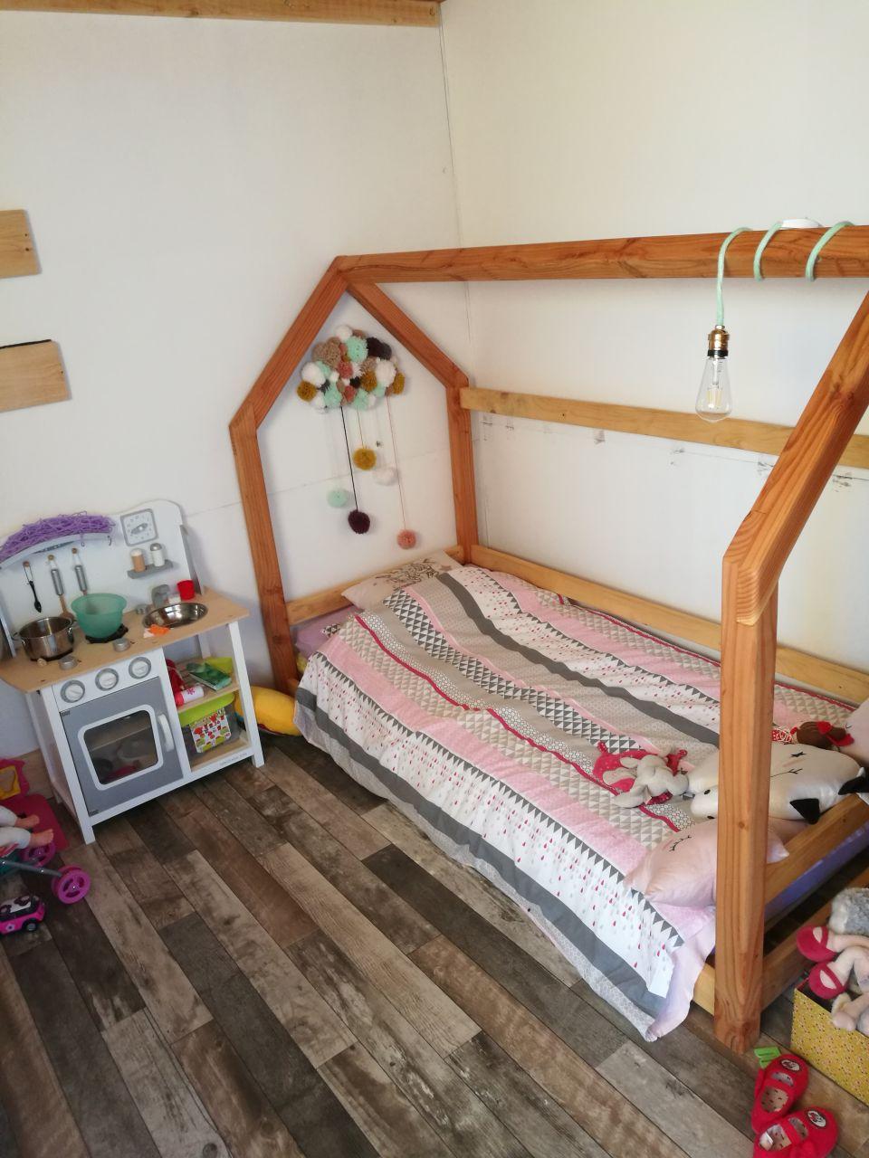 Le lit cabane de la princesse, réalisé en douglas avec les chutes de l'ossature des murs