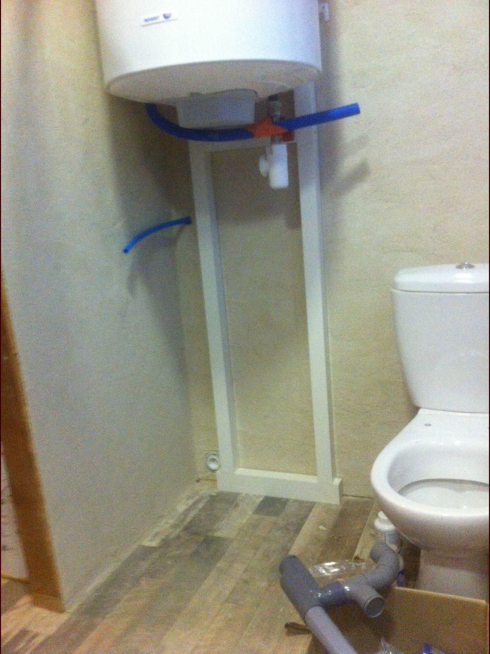 Chauffe-eau (avec petit support maison, le haut est vissé dans la poutre) et WC