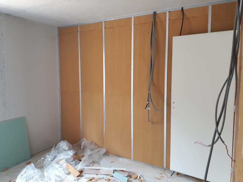 Cloisons intérieur avec gaines, porte et isolation fibre de bois