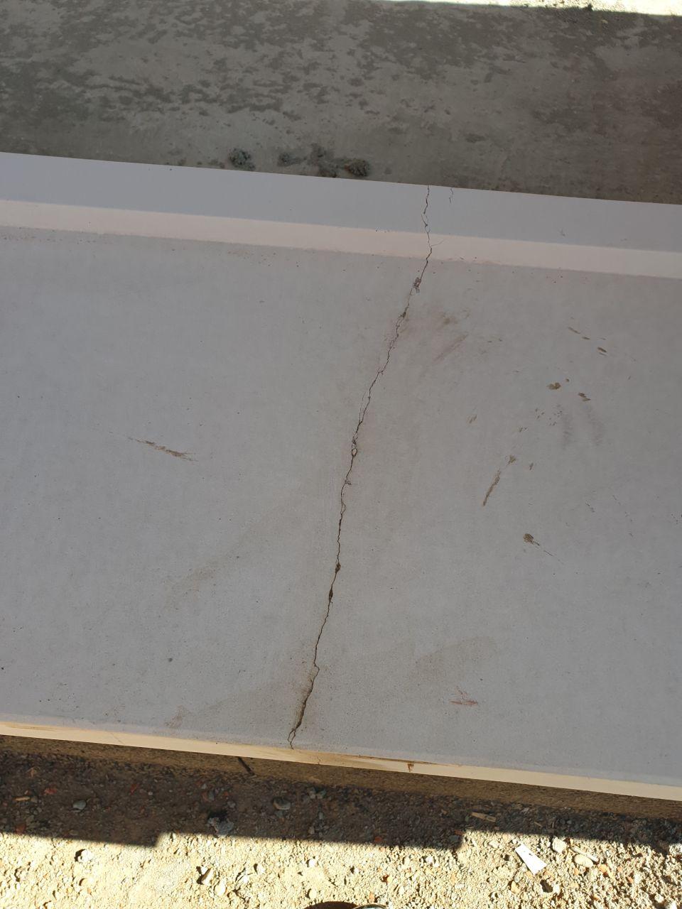 Un appui-fenêtre de la baie de 3m cassé. Nous avons demandé à le changer, nous sommes surpris qu'il ai été posé quand même ...