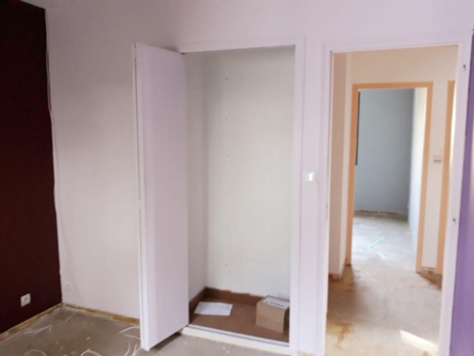 AVANT travaux : chambre garçon 2. Sol enlevé avant le déplacement des cloisons : le placard va sauté, la porte d'entrée déplacée sur la gauche et la coison reculée pour être aligné sur le fond du placard