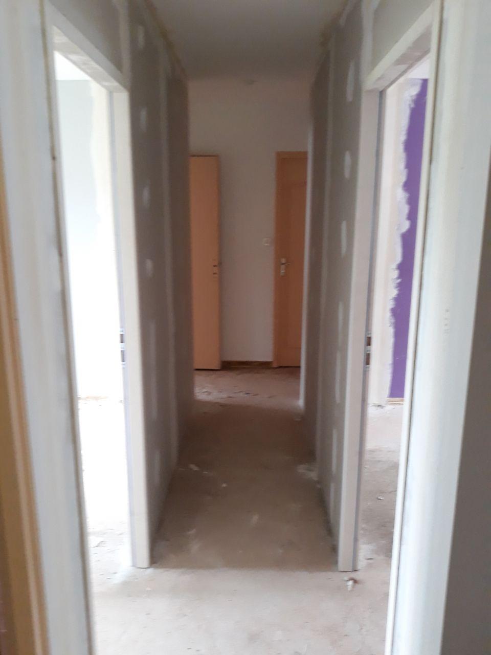 """Couloir après déplacement des cloisons des chambres des deux garçons : on perd 2 placards dans le couloir pour agrandir les chambres et de l'espace dans le fond où il y avait un """"palier"""" qui ne servait à rien"""