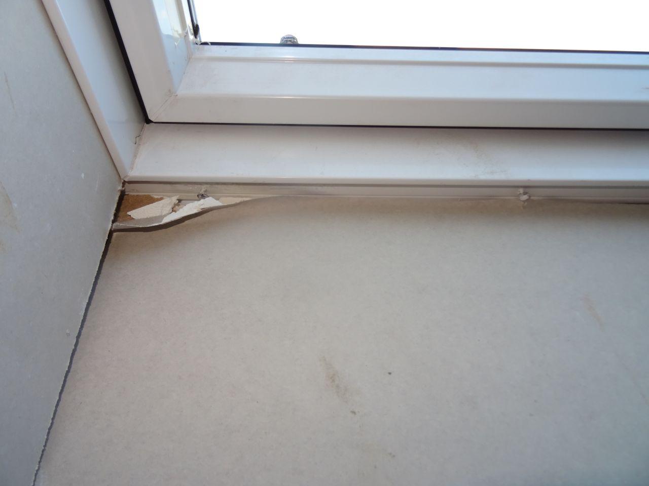 Chambre 3. Vis plantées dans le velux pour maintenir le placo et velux cassé.