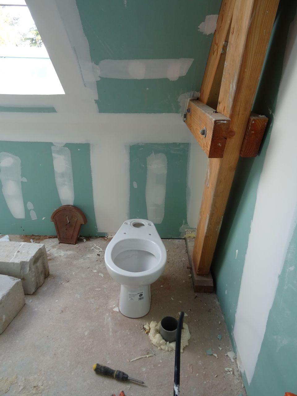 La vraie position du WC. <br /> J'ai eu la chance de tomber sur les mecs installant les chauffages et en plus ils étaient très sympas ! ils m'ont donc demandé où je voulais les choses, et ben dis donc ça change de mon constructeur qui s'en contrefout !