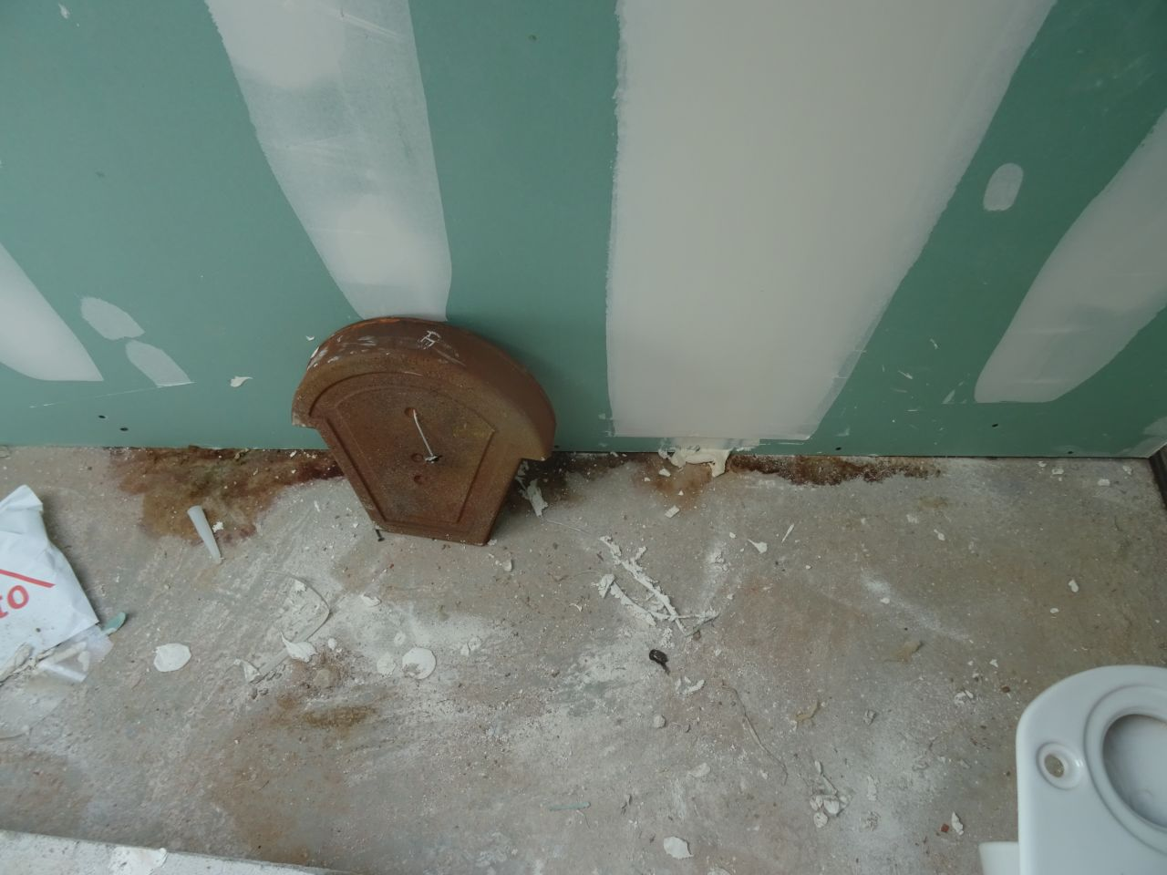Toujours la belle trace d'humidité dans la salle de bain, et on remarque également qu'ils n'ont pas encore remis certaines tuiles, après le crépi peut-être ?