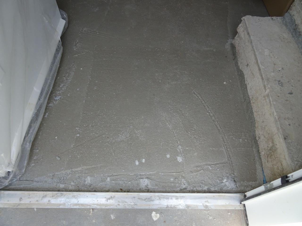 Malin d'avoir laissé le plastique sur la porte au moment du coulage de la dalle...