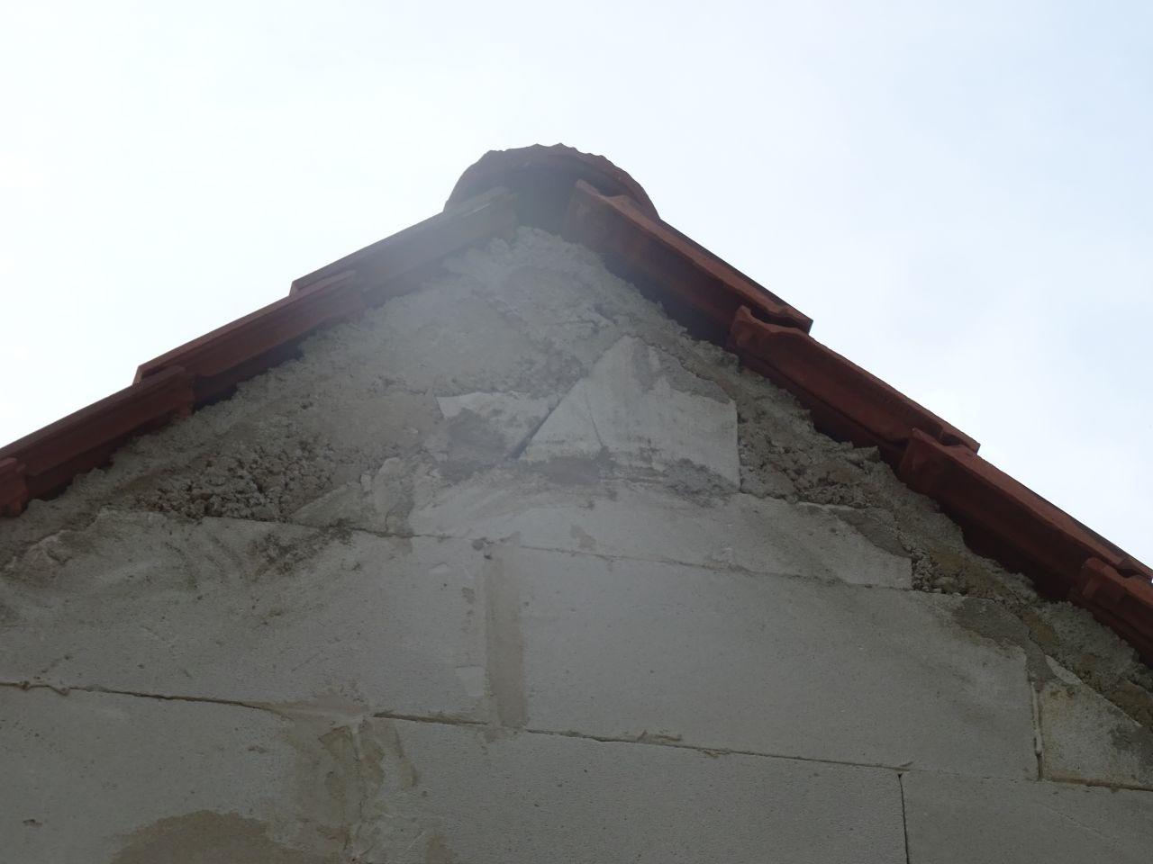 Il manque les tuiles des bords du sommet du toit.