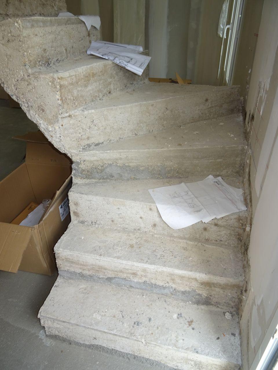 L'escalier est moche. ça ne se voit pas sous cet angle mais les marches se rentrent dedans, ne vont pas jusqu'au bord du mur et il y a de gros doute sur la solidité.